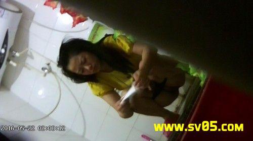 황이 (Huang Yi)의 젊은 여성은 소변을 가장 잘 찾고 있습니다.